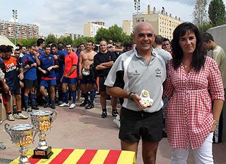 Cati Moreno, esposa de Manuel Chamero, entrega al trofeo al �rbitro Antonio de la Calle tras el XXV Trofeo L'Hospitalet disputado entre el 'Hospi' y el Barcelona