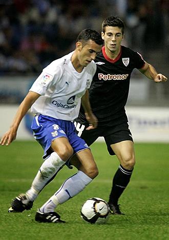 Ricardo pelea un balón con Susaeta durante el Tenerife-Athletic del miércoles en el que acabó lesionado