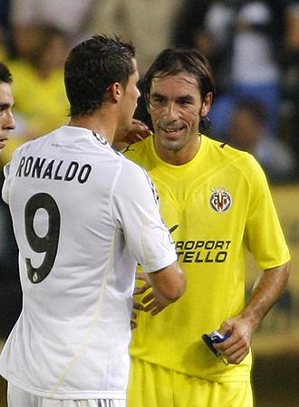 Pires saluda a Cristiano Ronaldo al acabar el partido del miércoles en El Madrigal entre Villarreal y Real Madrid