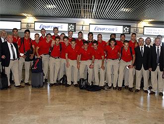 Los jugadores de la Selecci�n posan en Barajas.