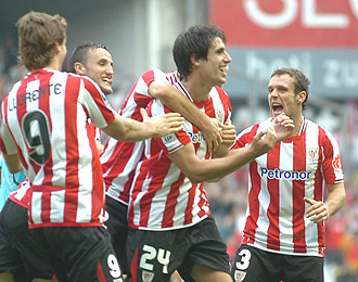 Javi Martínez celebra un gol junto a sus compañeros