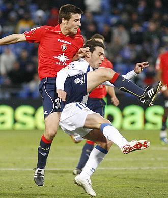 Oier pelea un balón con Adrián Colunga durante el Recreativo-Osasuna de la pasada temporada
