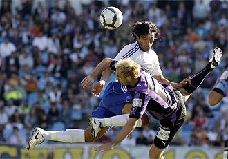 Borja pelea un balón en un duelo con el Zaragoza.