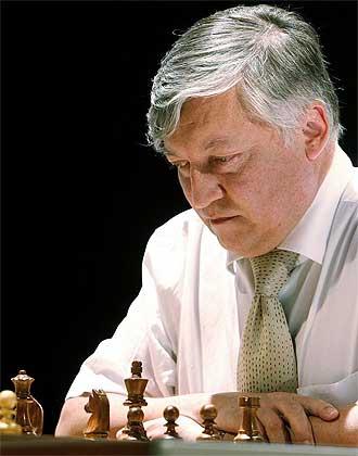 Karpov medita durante una de las partidas de este jueves.