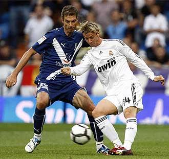 Guti controla un balón durante el partido frente al Tenerife.