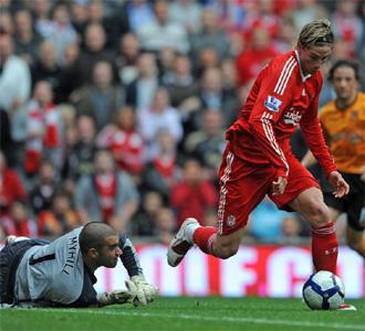 Torres dribla a Myhill en el segundo gol del Liverpool