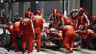 Kimi Raikkonen y sus mecánicos durante la sesión de clasificación del GP de Singapur