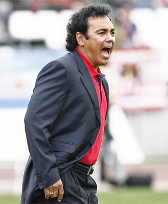 Hugo Sánchez da instrucciones a sus hombres durante el choque contra el Racing.