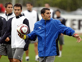 Valverde se dirige a sus jugadores durante un entrenamiento del Villarreal con gesto serio y contrariado... y es que las cosas no han empezado bien por El Madrigal