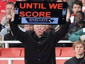 """Fotomontaje del 'Mirror' inglés en el que aparece Ferguson con el 'cartelón' del cuarto árbitro y la frase """"hasta que marquemos"""""""