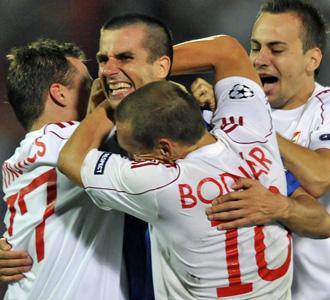 Los jugadores del Debrecen, tras su digno debut en Liverpool, esperan sumar su primer punto en Champions.