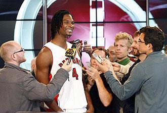 Bosh atendiendo a la prensa de Toronto