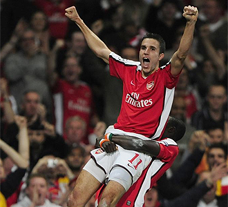 Van Persie celebra el primer gol conseguido.