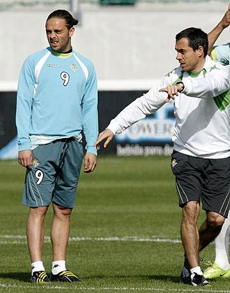 Carmelo del Pozo realiza gestos durante un entrenamiento del Betis junto a Sergio Garc�a