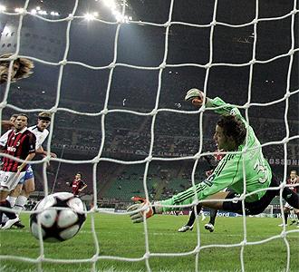 Storari no puede detener el bal�n ante el Zurich.