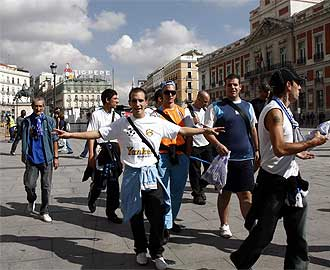 Aficionados del Olympique pasean por la Puerta del Sol.
