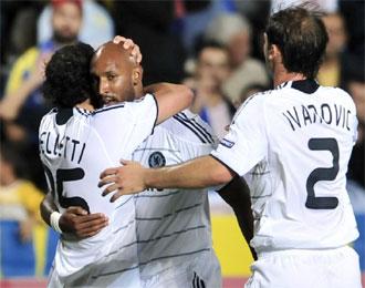 Anelka celebra junto a sus compañeros el tanto de la victoria.