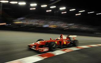 El Ferrari de Raikkonen durante el Gran Premio de Singapur