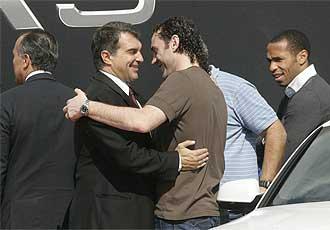 Laporta saluda a Milito durante un acto promocional del Barça este jueves.