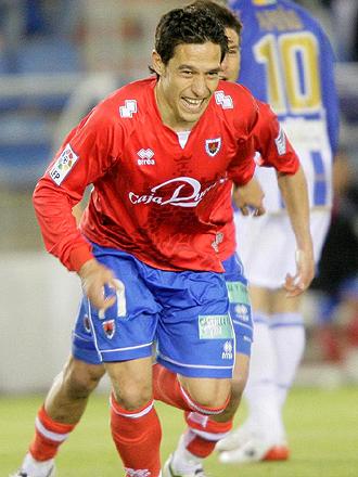 Del Pino, en la imagen celebrando el gol que marc� la pasada temporada al M�laga, es duda para el encuentro ante la Real Sociedad