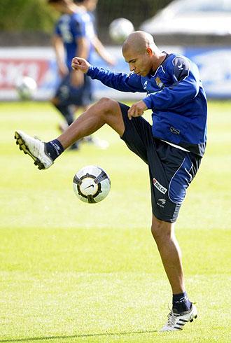 Johnatan Estrada controla el bal�n durante un entrenamiento de la Real Sociedad de esta temporada