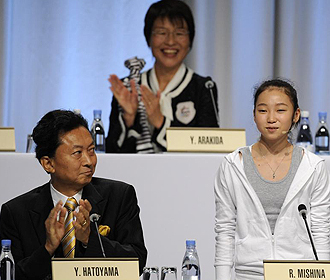 Yukio Hatoyama aplaude a la gimnasta de quince a�os que comenz� la presentaci�n de Tokio.