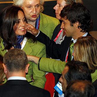 Raúl consuela a Mercedes Coghen