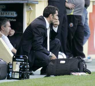 Ernesto Valverde, con gesto de preocupaci�n, en el banquillo de El Madrigal durante el choque ante el Espanyol.