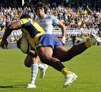 El ala fijiano Napolioni Nalaga anota uno de los ensayos que le permitieron al Clermont imponerse al Bayonne y situarse de nuevo al frente del Top 14 franc�s