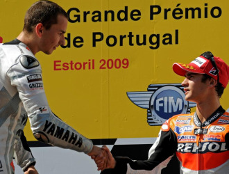Pedrosa saluda a Lorenzo en el podio