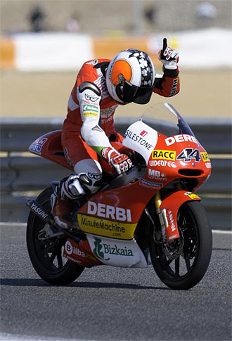 Pol Espargar� celerba su victoria en Estoril.