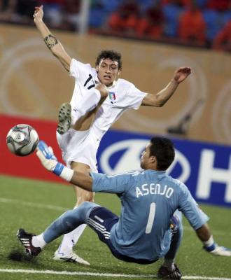 Mustacchio bate a Asenjo en el primer gol de Italia.