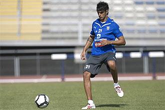 Román Martínez trata de controlar un balón durante un entrenamiento del Tenerife.