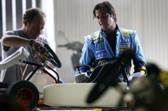 Nelson Piquet, durante una carrera de karts hace unos d�as en Brasil, donde sali� ataviado con el morno de Renault de hace tres a�os.