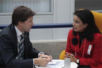 Nawal El Moutawakel es entrevistada por un redactor de MARCA.