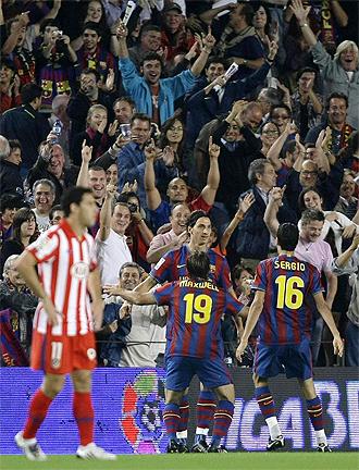 Los jugadores celebran uno de los goles ante el Atl�tico de Madrid en el Nou Camp.