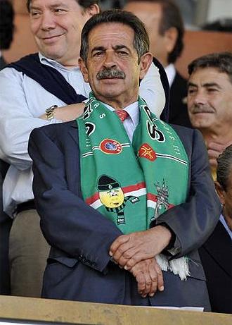 El presidente de Cantabria, Miguel Ángel Revilla, con la bufanda del Racing