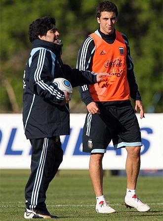 Higuaín junto a Maradona en un entrenamiento de la selección argentina