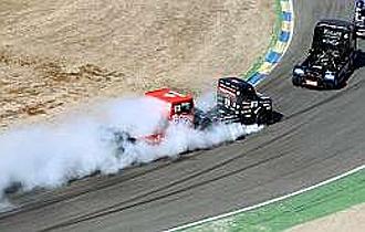 Imagen que demuestra cómo Bosiger frena de forma salvaje y Antonio Albacete le embiste por detrás en la pista del Jarama.