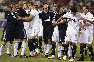 Los jugadores del Sevilla y del Real Madrid separan a Perotti y Guti tras un rifi-rafe entre ambos.