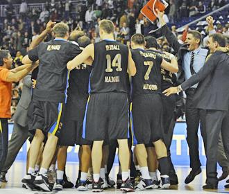 Los jugadores del Maroussi celebran sobre la cancha su clasificaci�n a la fase de grupos de la Euroliga.