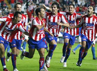Los jugadores del Sporting B celebran el tanto de la victoria.