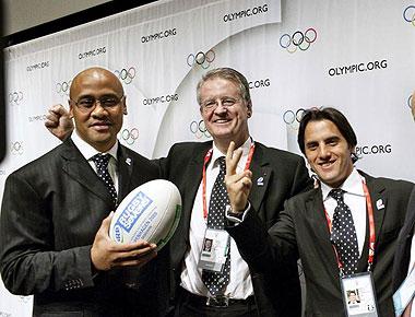 Jonah Lomu, el ex 'All Black'; Bernard Lapasset, presidente de la International Rugby Board; y Agust�n Pichot, ex capit�n de los 'Pumas' argentinos y tercero en el pasado Mundial de Francia'07 celebran la elecci�n del rugby a siete como deporte ol�mpico