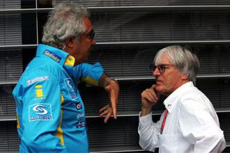 Briatore y Ecclestone charlan durante un G.P. de Fórmula 1.