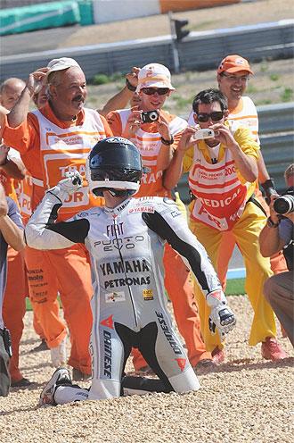 Lorenzo celebra su victoria en Estoril.