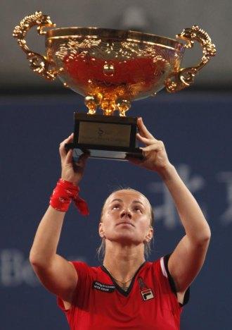 Svetlana Kuznetsova con el trofeo de campeona en Pekín.