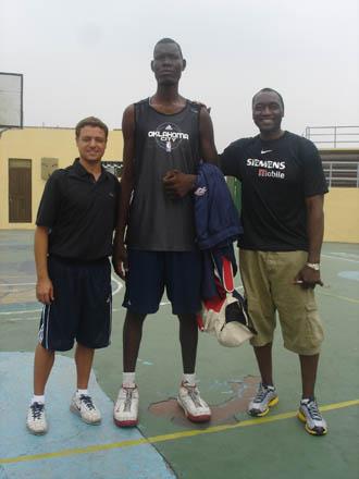 Bienvenu Letuni, junto a Anicet Lavodrama, que mide 2,04, y a Pere Gallego, de U1st, en la entrega de trofeos del Adidas Ibaka Basketball Camp (Kinshasa, junio 2009). El gigante viste ropa de los Thunder de su �dolo, Serge Ibaka.