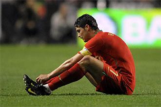 Cristiano Ronaldo se duele del tobillo derecho durante el partido que Portugal disput� ayer contra Hungr�a.