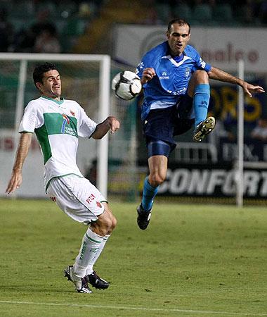 Mora salta por un balón en presencia de Jorge Molina durante el partido del sábado entre el Elche y el Recreativo