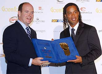 Ronaldinho recibe el galardón de mano del Prícipe Alberto de Mónaco.